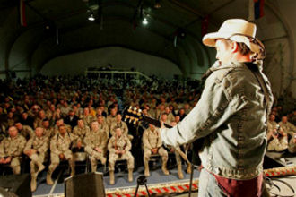 Keni Thomas performing for troops on 2005 USO Tour